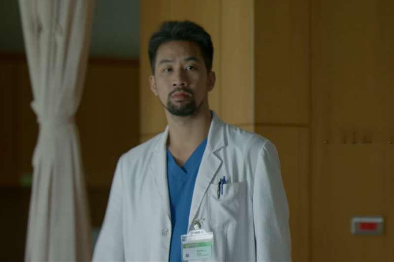若要用一種顏色代表醫生,第一時間想到的都是白色,原因不外乎都是醫生身穿的白色醫師袍,但你知道早期的醫師袍,其實不是白色嗎?(圖/取自 PTS 台灣公共電視  @youtube)