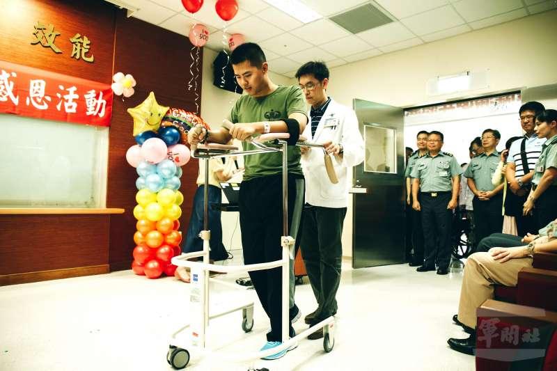 陸軍特指部下士秦良丰是在去年漢光演習實兵演練前夕跳傘摔傷,經過一年的復健,目前恢復良好。(軍聞社提供)