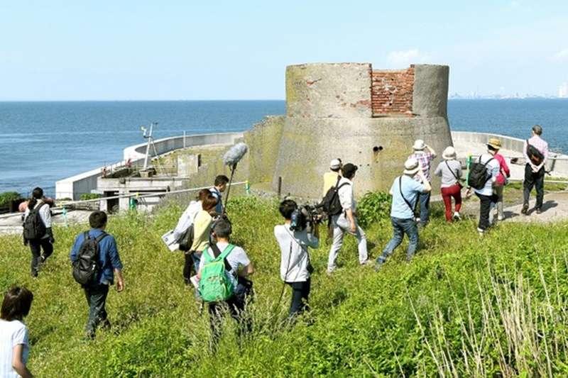 團客等人登島進入第二海堡參觀。(圖/潮日本提供)