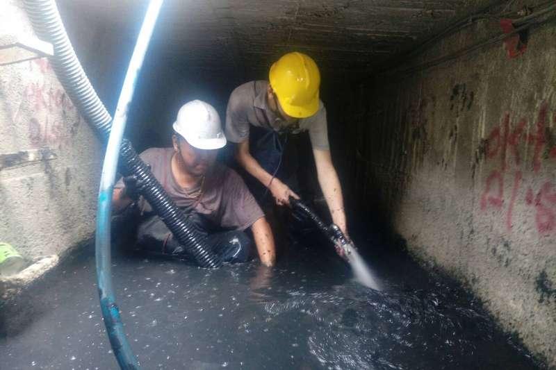 為有效提升都市防洪效能,確保轄內雨水下水道暢通,高雄市政府水利局已著手排水清疏及維護工作。( 圖/高雄市水利局提供)