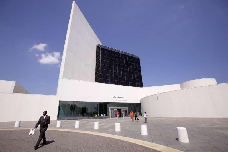 華裔建築大師貝聿銘與其代表作「甘迺迪總統圖書館」(AP)
