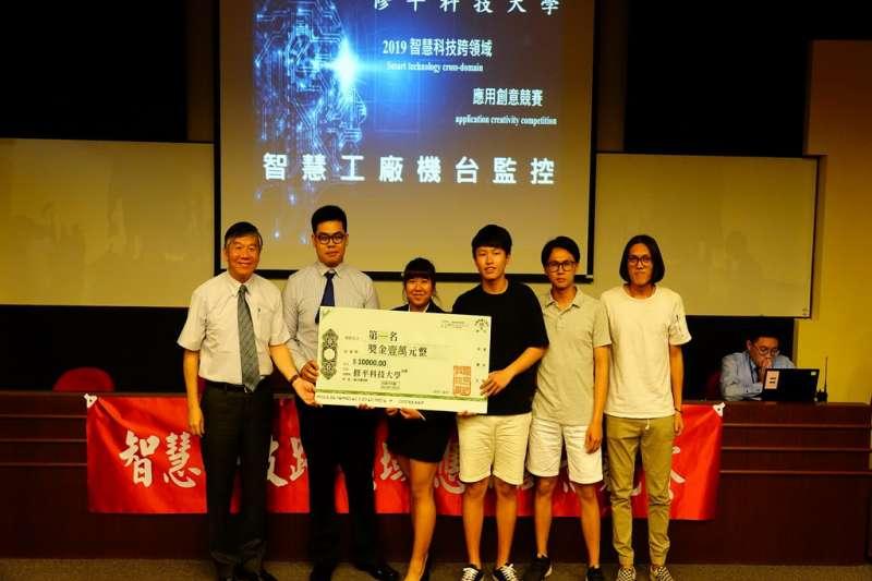 修平科大辦智慧科技跨領域應用創意競賽,校長鄧作樑頒獎給第一名團隊。(圖/修平科技大學提供)