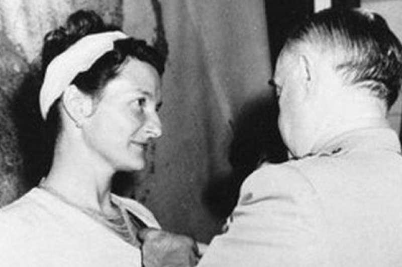 1945年,二戰結束後,霍爾被授予傑出服役十字勳章,是獲此殊榮的唯一平民女性。(BBC中文網)