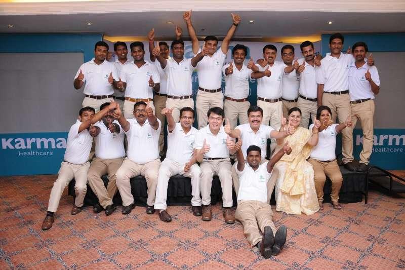 康揚印度Karma Healthcare胡國愷副總經理(下排中)與印度團隊。(圖/康揚)