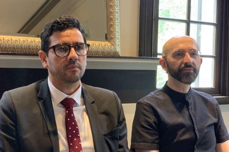 法國電子通訊與郵務規範高等委員會主委索揚諾(左)與巴黎高等電信學校數位人文學副教授卡希利(簡恒宇攝)