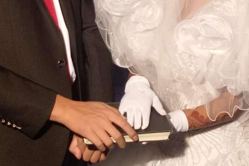 巴基斯坦女子蘇菲(圖右)在牧師安排下,與一名中國男子結婚,卻不知情地跌進人蛇集團的陷阱。(BBC中文網)