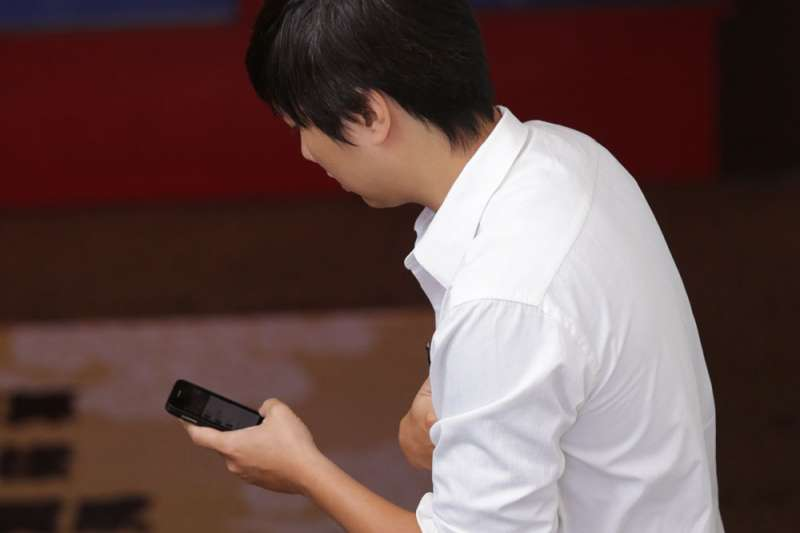 手機是否要納入總統初選民調樣本,讓綠營中央動輒得咎。(新新聞資料照)