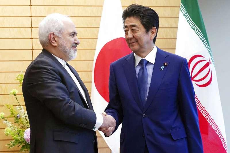 日本首相安倍晉三與伊朗外交部長扎里夫。(美聯社)