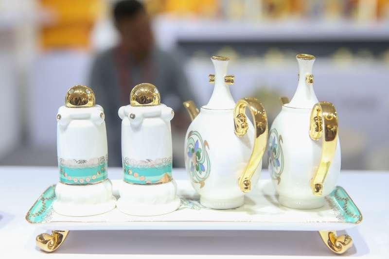 在上海舉行的2019年中國品牌日活動上,觀眾參觀展出的瓷器。(新華社)