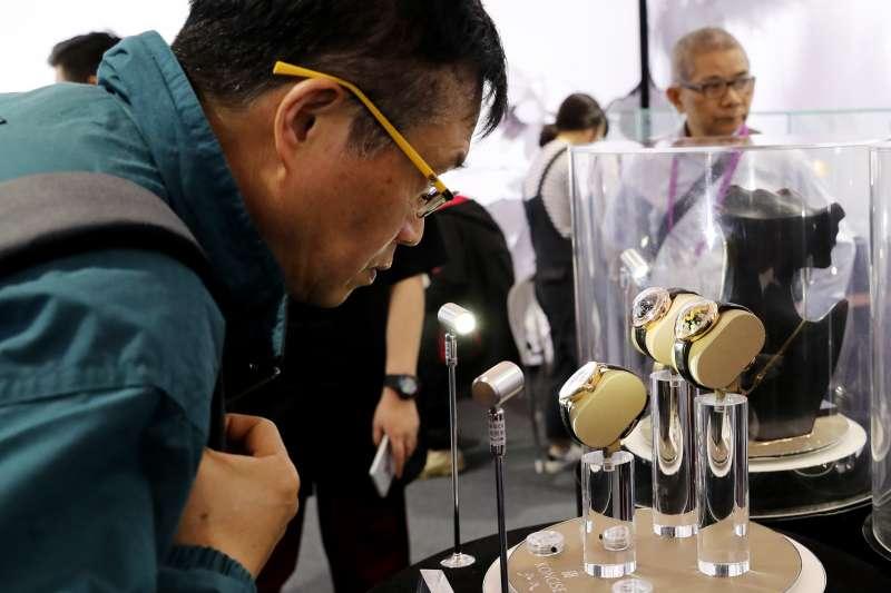 在上海舉行的2019年中國品牌日活動上,觀眾觀看展出的手錶。(新華社)