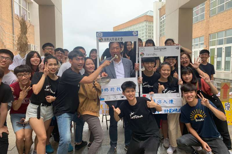 郭台銘在東華大學青年座談會後,熱情的與學生一同拍照。(圖截取自郭台銘臉書)