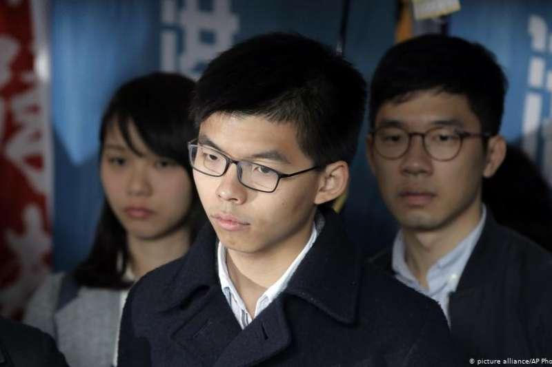 香港學生領袖黃之鋒16日雖獲減刑,但須立即入獄。(DW)