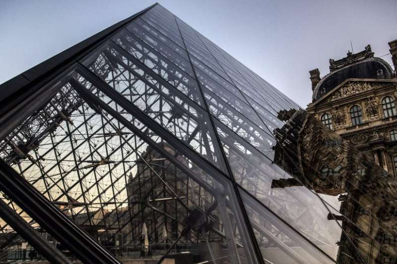 華裔建築師貝聿銘設計的最著名的建築之一是巴黎羅浮宮的玻璃金字塔。(BBC中文網)
