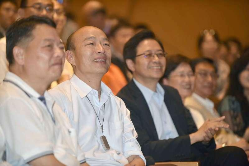 前行政院長張善政(左三)今(19)日在高雄舉辦《做事的人》新書分享會,高雄市長韓國瑜(左二)出席站台。(高雄市政府提供)