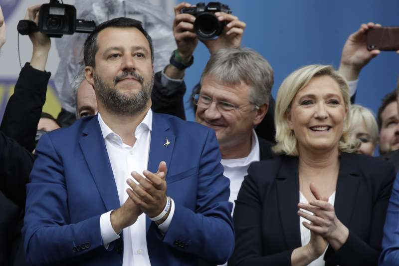 2019年5月18日,歐洲極右派在義大利米蘭會師,左為義大利副總理薩爾維尼、右為法國「國民聯盟」領導人勒潘(AP)