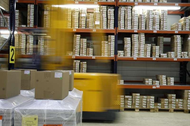 面對淘寶、亞馬遜等跨境電商每天銷入台灣數十萬件網購商品,財政部始終只能透過《郵包物口進出口通關辦法》修法調降進口郵包物品免稅額,卻沒有試圖建立進口商「就源扣繳」的制度。示意圖。(取自delphinmedia@pixabay/CC0)