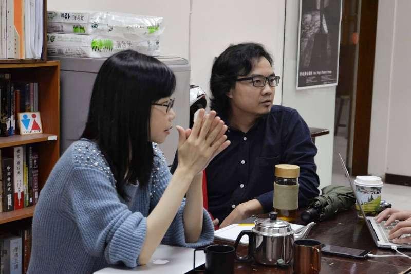 針對台灣藝術工作者現況,藝創工會理事長蔡坤霖(右)指出,在教育階段裡,沒有教導勞動意識,而學生為了舞台不拿薪水的情況,也確實存在。(藝創工會提供)