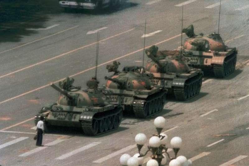 30年前拍下六四「坦克人」,如今漸為世人遺忘,美國攝影師魏德納說「你不能逼別人認識歷史」,但「天安門事件永遠不會消失」。(美聯社)