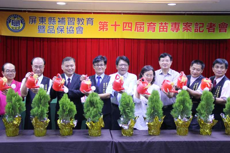 屏東縣補教協會舉辦第14屆「育苗專案」,在縣府舉辦記者會。(圖/屏東縣政府提供)