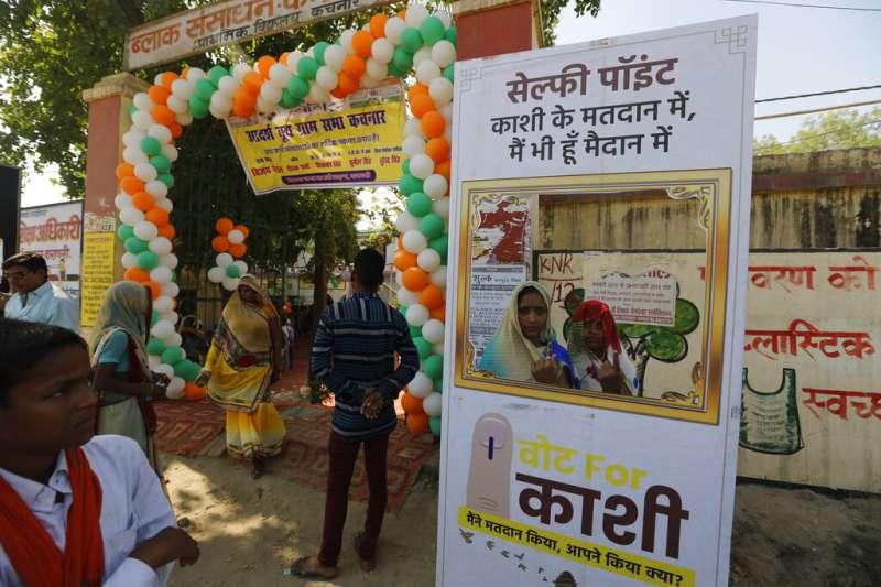 印度有高達9億選民參與今年4到5月間的投票,有些投票所外頭甚至設置了提供民眾自拍的大紙板。(美聯社)