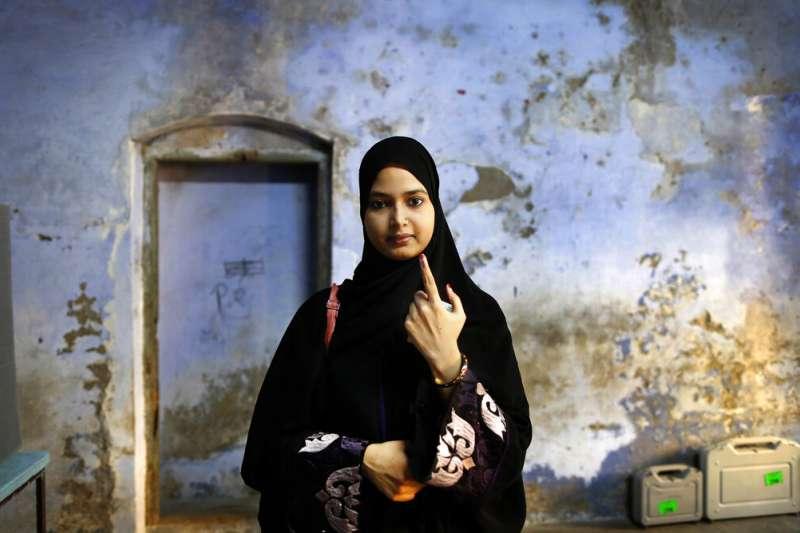 印度有高達9億選民參與今年4到5月間的投票,一位女性穆斯林向媒體展示她投完票的手指。(美聯社)