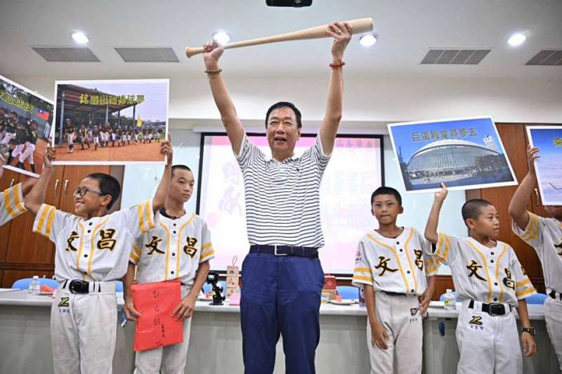 郭台銘前日到文昌國小與棒球隊合影。(圖片截取自郭台銘臉書)