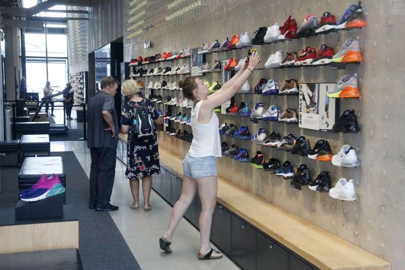 川普10日宣布對中國進口2000億美元商品加徵關稅,直接衝擊美國鞋廠與消費者。(AP)