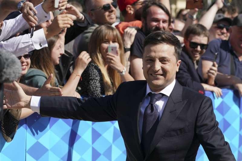 年5月20日,烏克蘭新任總統哲連斯基(Volodymyr Zelensky)宣誓就職,入場前與支持群眾擊掌。(AP)