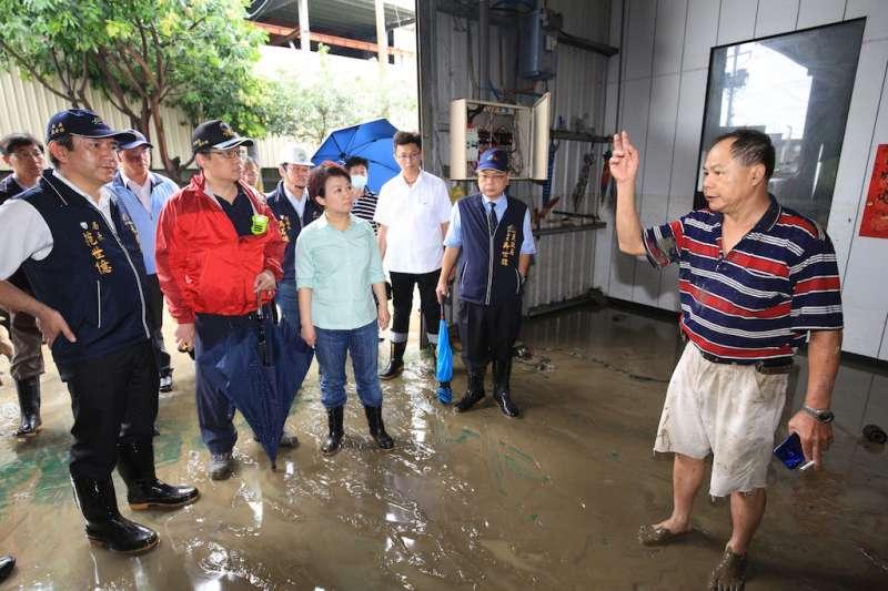 台中市長盧秀燕視察強降雨造成淹水災情的地區,並且聽取居民反映。(圖/臺中市政府提供)