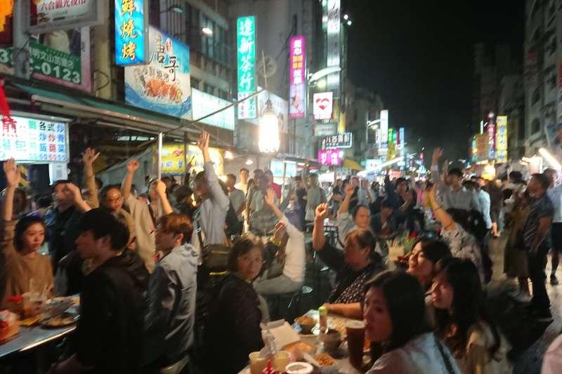 日前有網友在臉書爆料,指去年底有日本廠商相中高雄六合夜市找來多名臨演拍攝廣告,結果卻被特定新聞台報導成是「韓流發威」。(取自臉書)