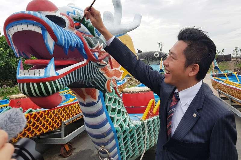 新竹市長林智堅為2019端午龍舟錦標賽開光點睛。(圖/方詠騰攝)