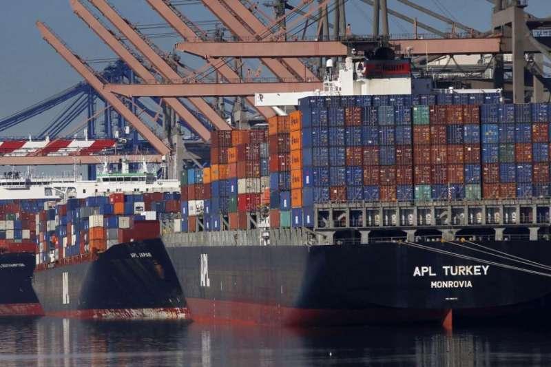 在美國洛杉磯港口等候卸貨的貨輪。(美聯社)