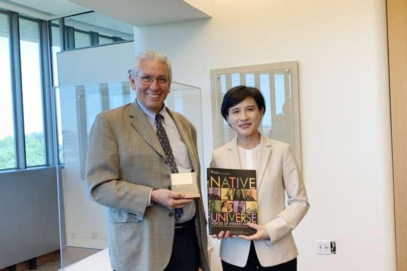 20190522-文化部長鄭麗君(右)與美國印第安人博物館館長Kevin Gover(左)合影。(文化部提供)
