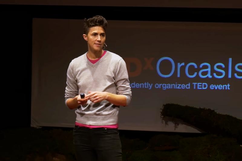 推動這項法案的說客Katrina Spade,是一間總部設於西雅圖、第一家提供人類遺體堆肥服務的公司「重組」(Recompose)創辦人。(圖/ TEDx Talks @youtube)