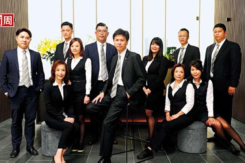 信義代銷總經理李少康(中)透露,掌握高達3萬筆、身價超過1.5億元的顧客資料,將是今年搶攻豪宅案的秘密武器。