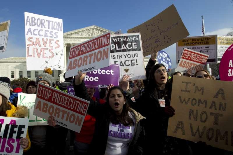 反墮胎人士企圖透過法律訴訟上訴到最高法院,推翻「羅伊訴韋德案」判決,圖為華盛頓特區的抗議墮胎禁令的示威群眾。(美聯社)