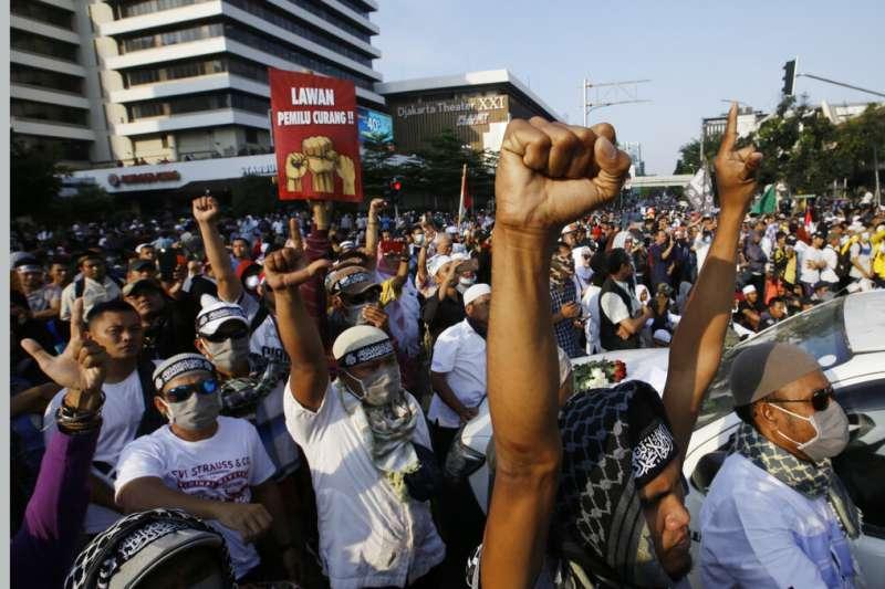 印尼總統佐科威21日宣布勝選,但手下敗將普拉伯沃的支持者在選委會外聚眾抗議。(美聯社)