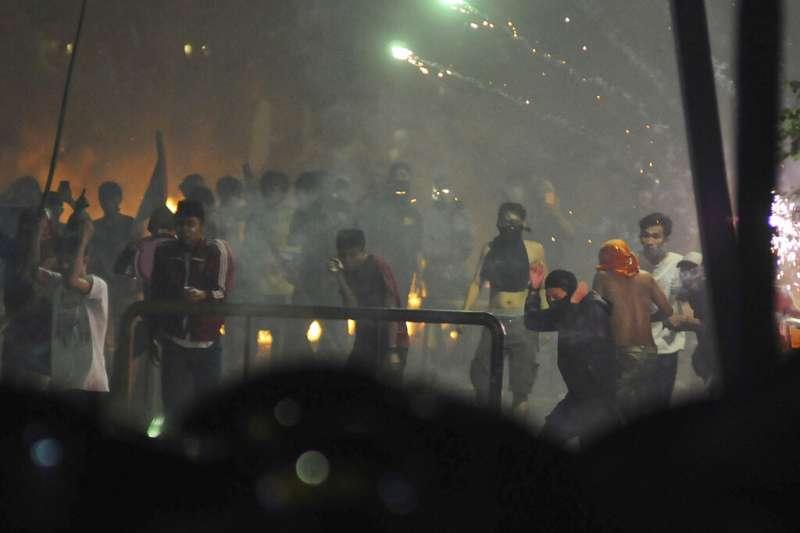 印尼總統佐科威21日宣布勝選,但普拉伯沃的支持者持續抗議,鎮暴警察則發射催淚彈希望驅散人群。(美聯社)