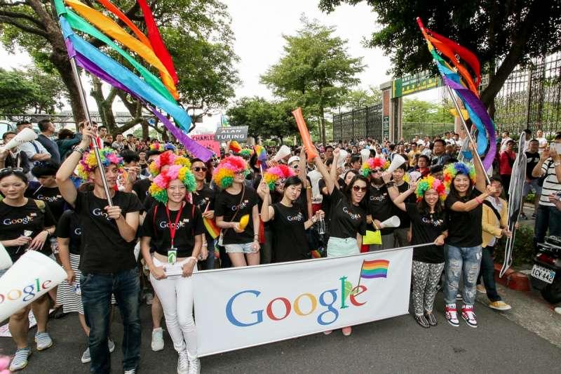 5月24日同婚專法將上路生效,友善LGBT族群的Google在台灣的公司,更早就有這些比照異性的福利實施。圖為Google組隊參加2018年台灣同志大遊行。(Google台灣提供)