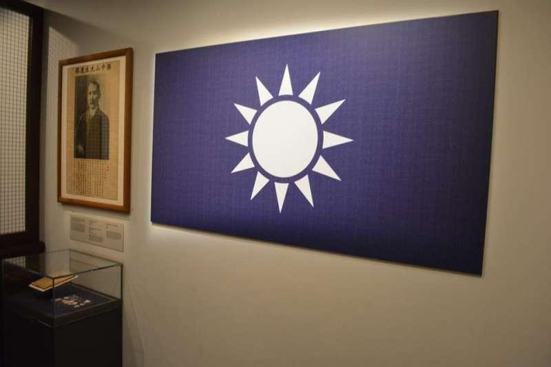 20190523-在新加坡國家博物館中的一個展示廳內,掛有中國國民黨青天白日黨旗與總理孫中山先生的照片,乍看之下好像來到了國民黨黨部。(許劍虹提供)