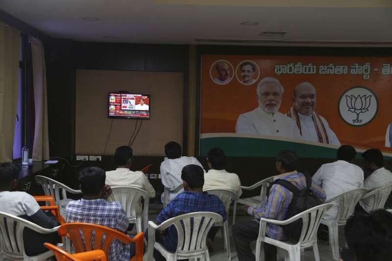 5月23日,印度民眾透過轉播關注國會大選結果。(AP)