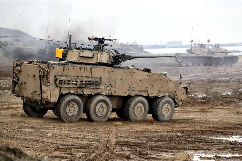 第4作戰區23日在屏東進行「聯合灘岸殲敵作戰第二次任務訓練」。圖為以沙色偽裝的雲豹30公厘鏈砲車參與操演。(取自青年日報社)