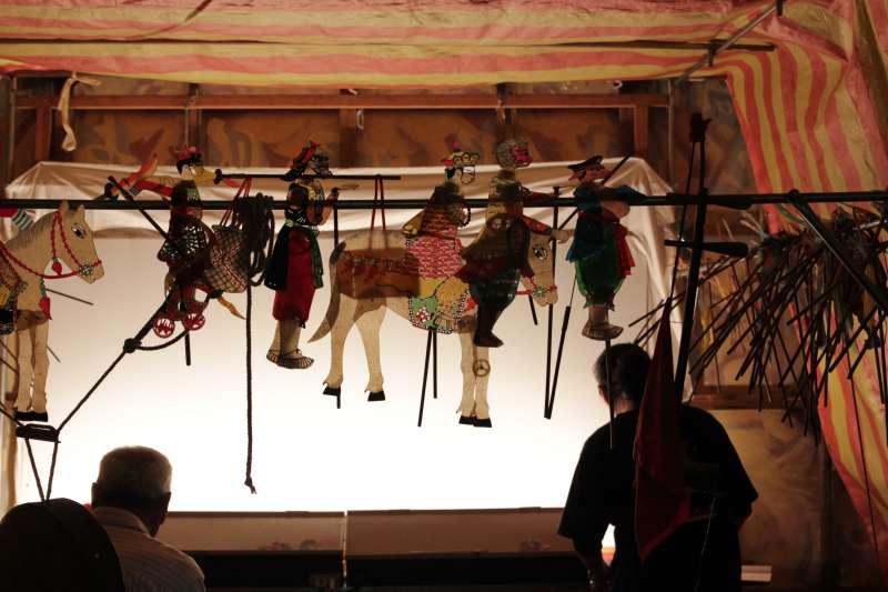 傳統皮影戲劇團演出的背後,手工皮影偶精緻迷人/皮影戲館提供.jpg