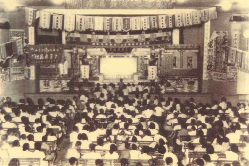 東華皮影戲劇團戲院內演出盛況/高史博典藏照片.jpg