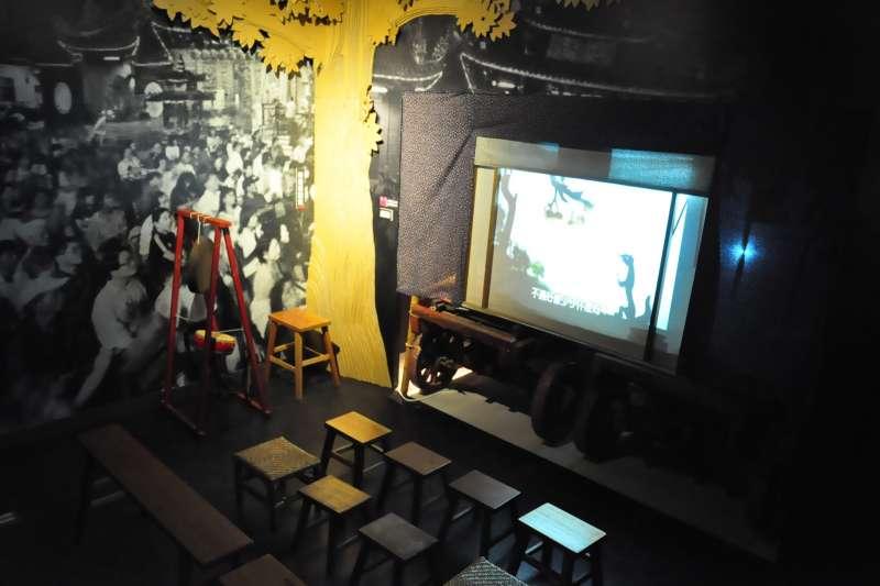 仿鄉間搭棚拉凳看戲的牛車戲棚一隅/皮影戲館提供.JPG