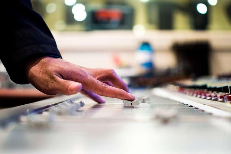 福斯電視、國家地理頻道被控未給付授權金,即公開播放廣告音樂,遭著作權人求償。示意圖。(取自Free-Photos@pixabay/CC0)