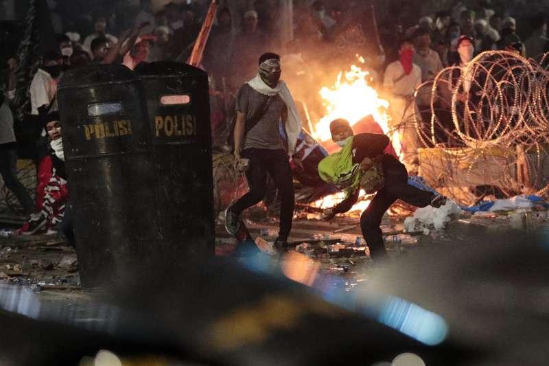 5月22日,示威者朝鎮暴警察丟擲石頭(美聯社)