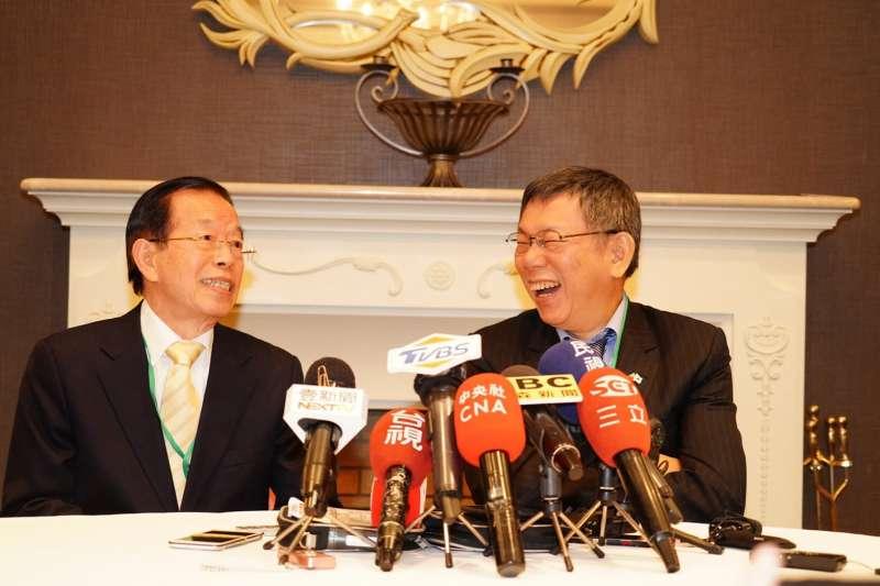 台北市長柯文哲(右)應駐日代表謝長廷(左)之邀,參加台日觀光高峰論壇,兩人晚間受訪。(北市府提供)