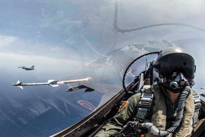 20190523-空軍在這次海軍東部海域戰備任務訓練中,出動3型主力戰機、P-3C反潛機型機參與演練,3型戰機輪番發射飛彈,摧毀空中目標。圖為F-16戰機發射響尾蛇飛彈。(軍聞社提供)
