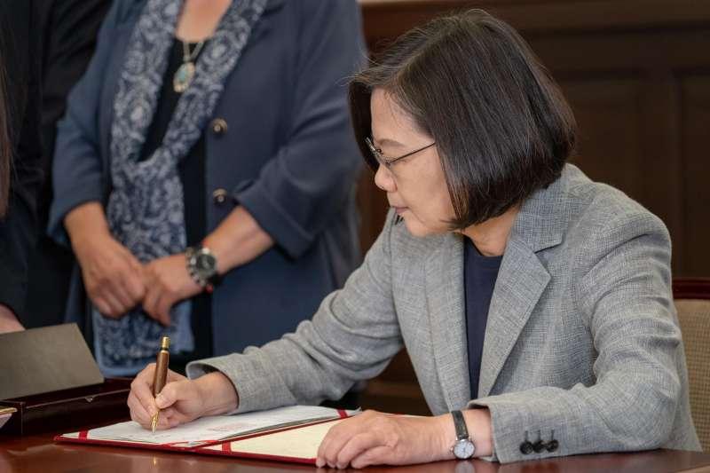 20190523-總統蔡英文於5月22日簽署了「司法院釋字第748號解釋施行法」。(取自蔡英文臉書)